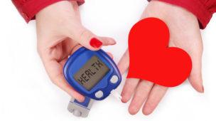 """Diabetes e doenças do coração: fatores de risco, doenças, prevenção e tratamento O primeiro passo para entender essa relação é distinguir os tipos de diabetes que conhecemos: o diabetes tipo 1 e o diabetes tipo 2. O primeiro é causado pela perda da capacidade do pâncreas em produzir insulina, hormônio que promove a circulação da glicose nas células. Quando o hormônio está em falta, a glicose fica presa na corrente sanguínea, que, gradualmente, fica saturada. Por outro lado, a pessoa com o diabetes tipo 2 o adquire ao longo da vida. Nele, as células adiposas e musculares não conseguem aproveitar completamente o hormônio liberado pelo pâncreas e a glicose passa a ser utilizada de modo precário pelo organismo. O diabetes tipo 2 não apenas potencializa as chances de complicações cardíacas. Ela geralmente vem associada aos principais fatores de risco para isso: pressão e colesterol altos e obesidade. Nas palavras do endocrinologista e coordenador do Departamento Cardiovascular da Sociedade Brasileira de Diabetes (SBD), Dr. Marcello Bertoluci: """"Com níveis muito altos de glicose no sangue, várias coisas acontecem: o colesterol torna-se mais agressivo, formando maior número de placas nas artérias coronárias. Além disso, o aumento excessivo da glicose no sangue favorece a maior produção de coágulos que também podem obstruir as artérias. Quando uma artéria sofre uma obstrução, o coração entra em sofrimento por falta de oxigênio e o tecido sadio morre, sendo substituído por cicatriz. Dependendo do tamanho da área afetada, pode ser fatal ou deixar sequelas irreversíveis, como a insuficiência cardíaca"""